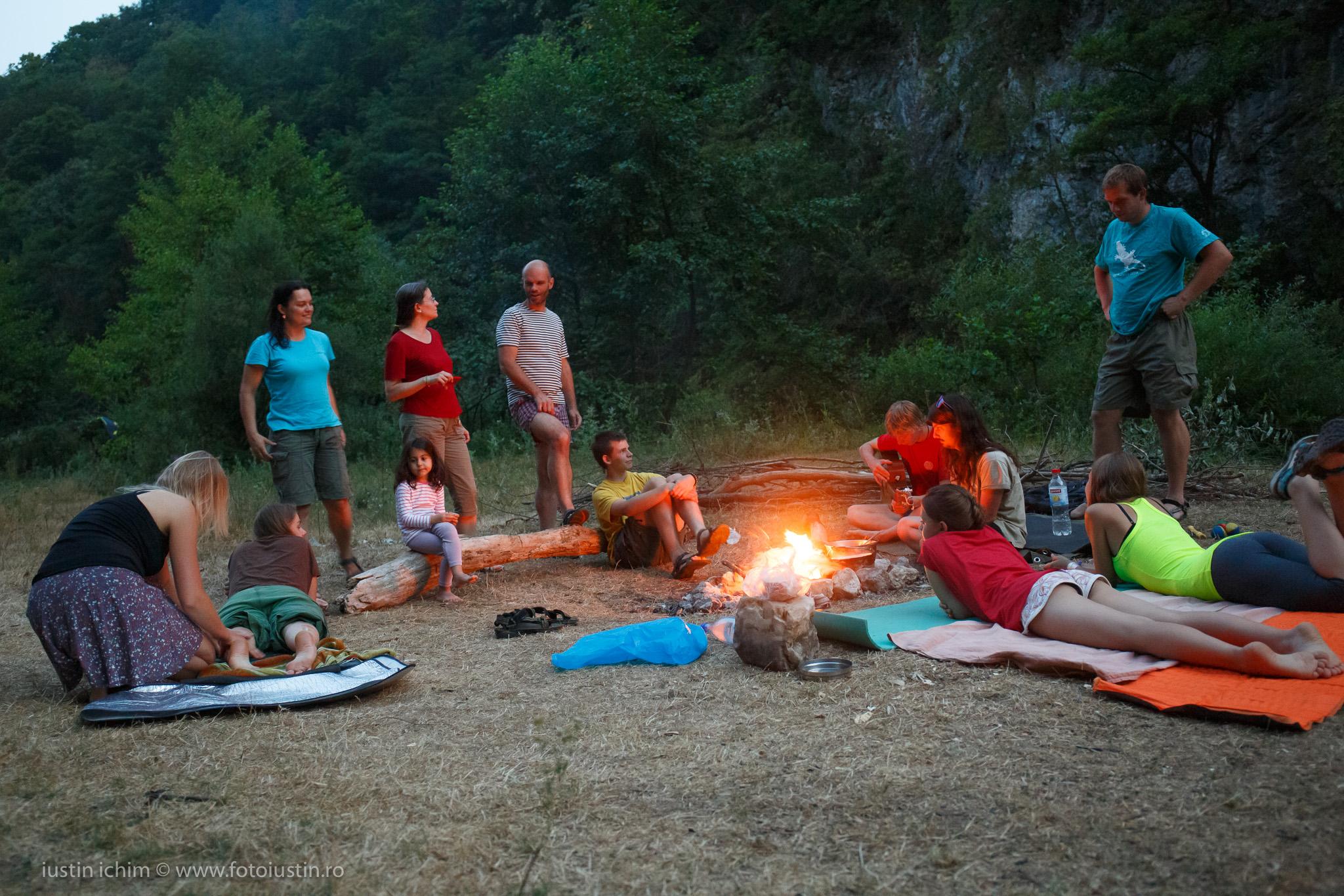 Camping, foc de tabară, pe Cheile Nerei