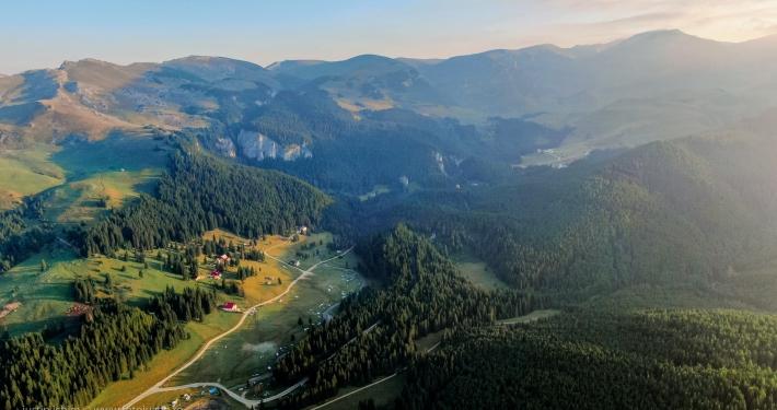 Padina, vedere aeriană spre Bucegi, Vf. Omu
