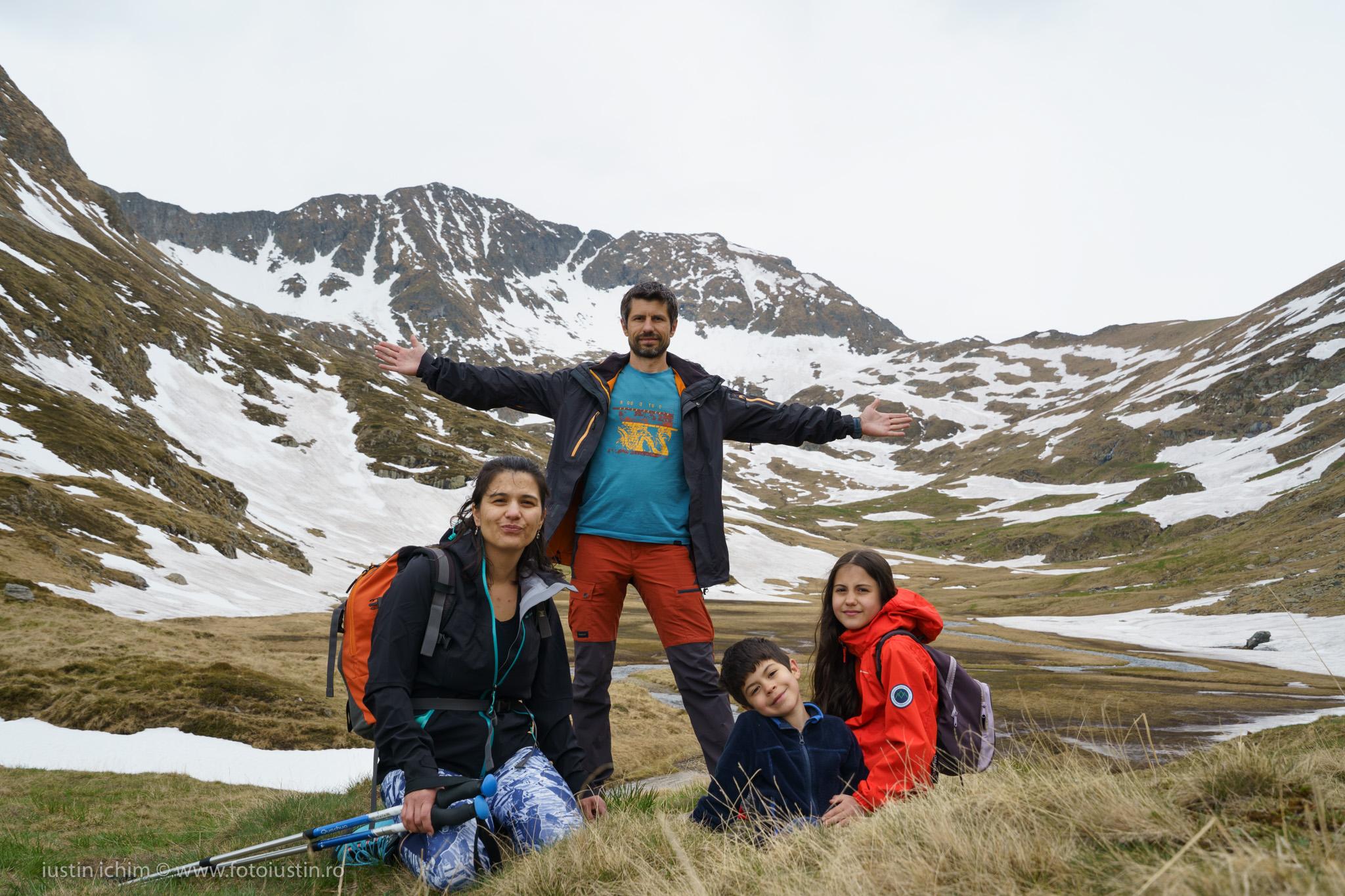 In familie pe Vf. Moldoveanu (stânga) si Vf. Viștea Mare