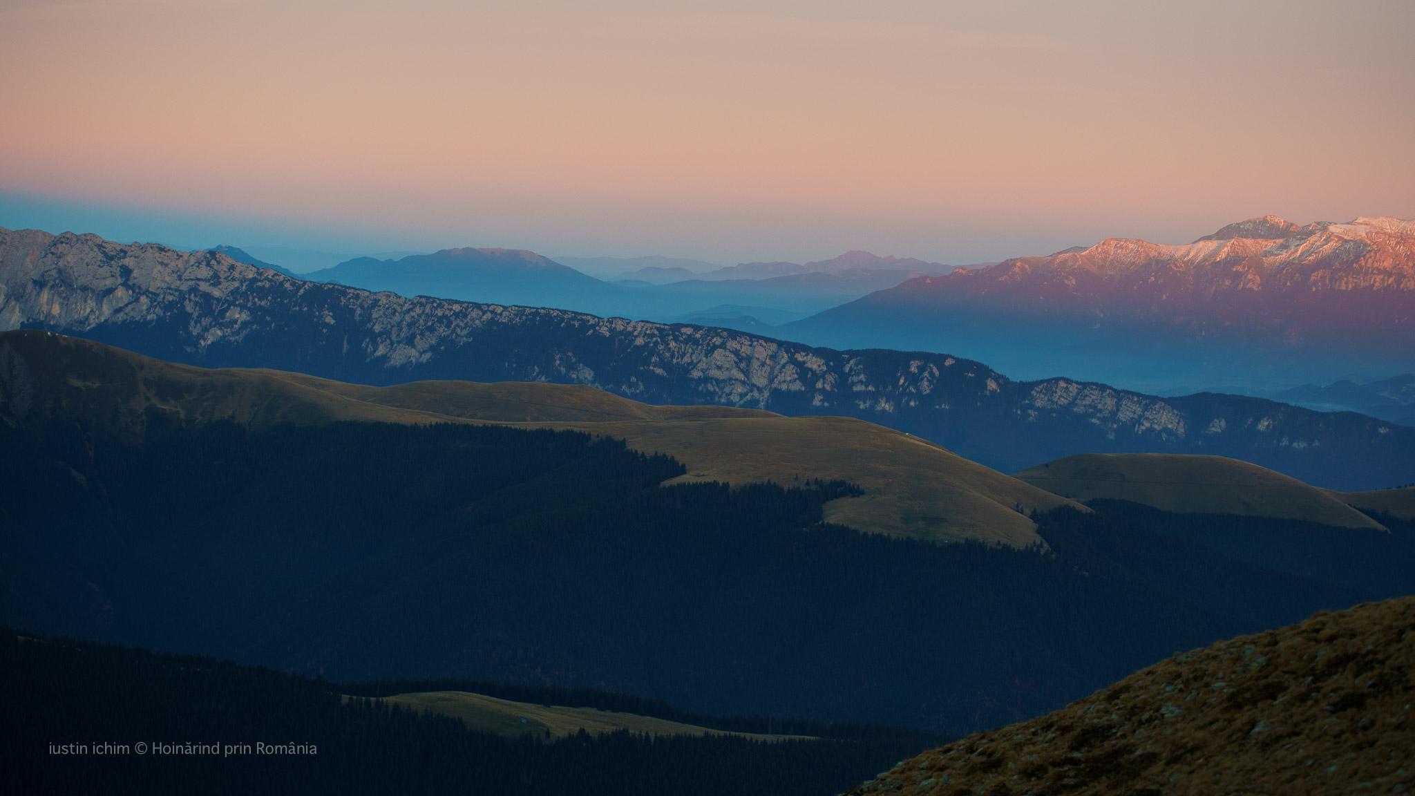 Muntii Ciucaș, Bucegi si Piatra Craiului văzuti din Iezer Păpușa