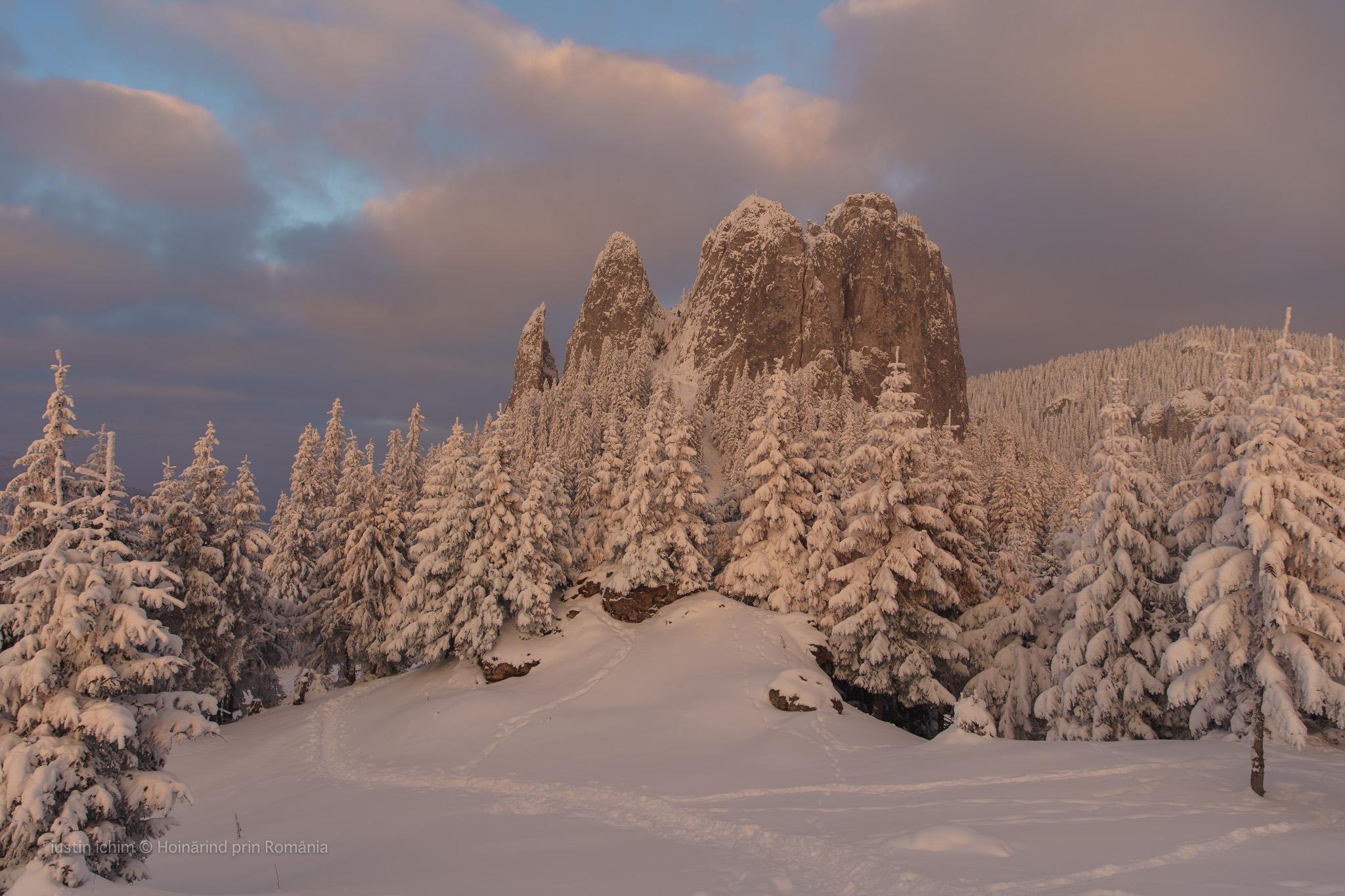 Romania, peisaj de iarna Piatra Singuratică, Muntii Hășmaș