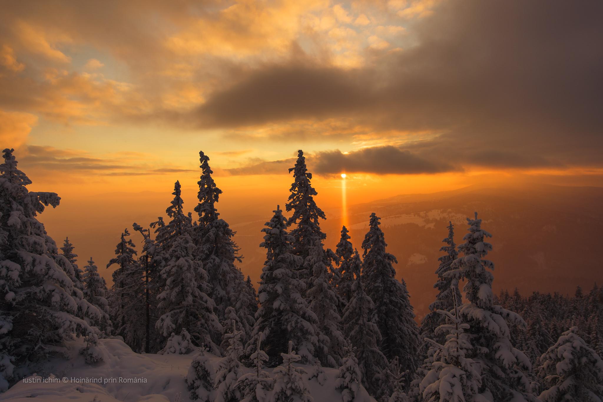 Peisaj de iarnă, superb apus de soare in Hășmaș