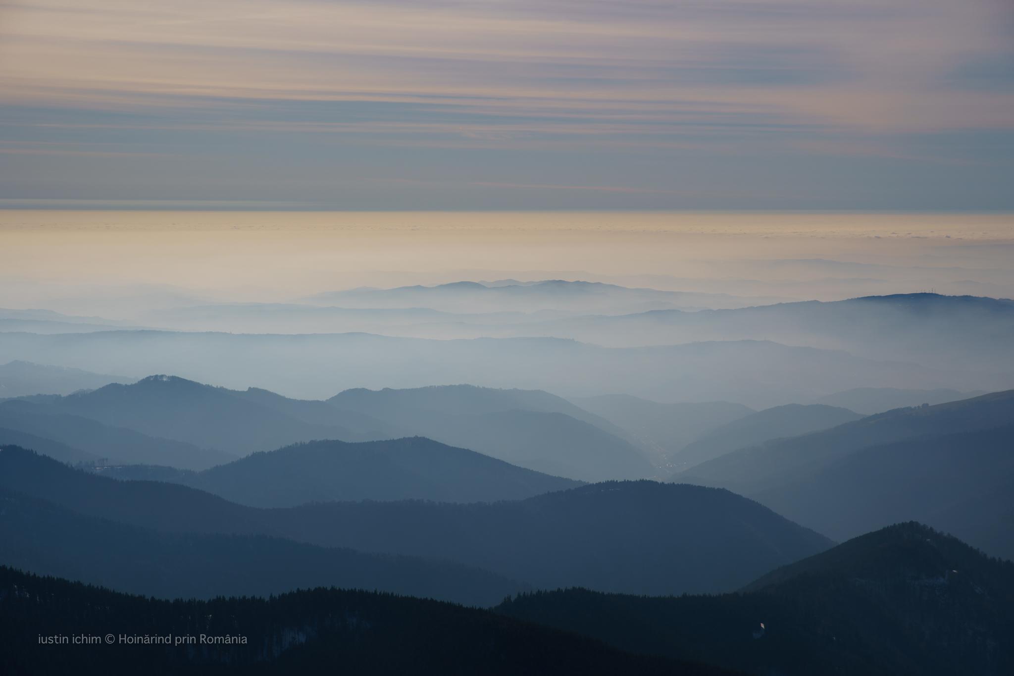 Munți si dealuri in straturi indepărtate